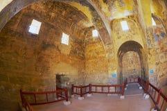 Interior do castelo antigo do deserto de Umayyad de Qasr Amra com a decoração mural romana da parede e do teto em Zarqa, Jordânia Imagem de Stock Royalty Free