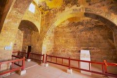 Interior do castelo antigo do deserto de Umayyad de Qasr Amra com a decoração mural romana da parede e do teto em Zarqa, Jordânia Foto de Stock