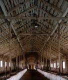 Interior do celeiro abandonado com de madeira bonito Imagem de Stock