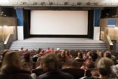 Interior do cinema com povos imagens de stock royalty free