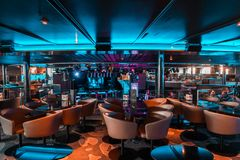 Interior do clube noturno de MS Silja Serenade da balsa de carro de Silja Line com salão de baile fotos de stock