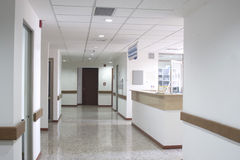 Interior do corredor dentro de um hospital moderno Fotografia de Stock