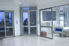 Interior do corredor dentro de um hospital moderno Foto de Stock