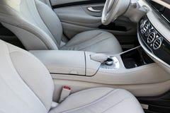 Interior do couro branco do carro moderno luxuoso Assentos e multimédios brancos confortáveis de couro volante e painel Imagem de Stock Royalty Free