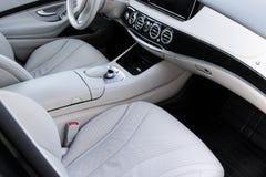 Interior do couro branco do carro moderno luxuoso Assentos e multimédios brancos confortáveis de couro volante e painel fotografia de stock
