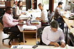 Interior do escritório de arquiteto ocupado com funcionamento do pessoal Imagens de Stock Royalty Free