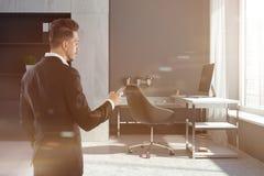Interior do escritório de gerente da empresa, smartphone do homem Fotos de Stock Royalty Free