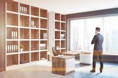 Interior do escritório de gerente, sótão na cidade, homem de negócios Fotografia de Stock Royalty Free
