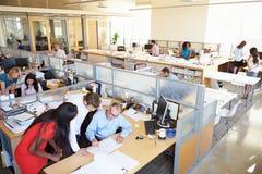 Interior do escritório de plano aberto moderno ocupado
