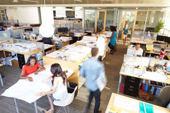 Interior do escritório de plano aberto moderno ocupado foto de stock royalty free