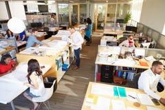 Interior do escritório de plano aberto moderno ocupado fotos de stock