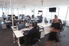 Interior do escritório de plano aberto moderno ocupado com pessoal fotografia de stock royalty free