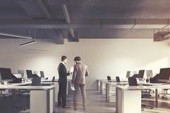 Interior do escritório do espaço aberto, homens Foto de Stock
