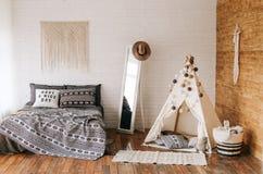 Interior do estilo do boho da cama do quarto Fotografia de Stock Royalty Free