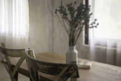 Interior do estilo do vintage com mobília de madeira imagens de stock royalty free