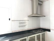 Interior do fogão moderno e da capa de aço inoxidável na cozinha, co Imagem de Stock