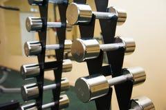 Interior do Gym com equipamento foto de stock