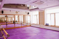 Interior do gym equipado no fitness center fotos de stock royalty free