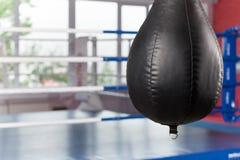 Interior do gym espaçoso com sacos de perfuração Fotos de Stock Royalty Free