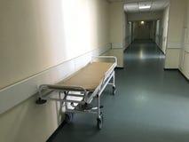 Interior do hospital: vista de um corredor longo com as paredes leves no hospital imagem de stock royalty free