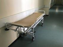 Interior do hospital: vista de um corredor longo e de uma marquesa no hospital imagens de stock