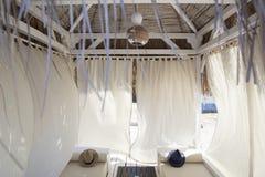 Interior do interior de um bungalow acolhedor com as paredes na pasta Fotografia de Stock Royalty Free