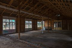 Interior do janelas quebradas de construção abandonadas Foto de Stock
