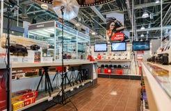 Interior do M-vídeo da loja da eletrônica no Samara, Rússia Imagem de Stock