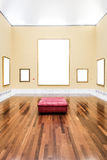 Interior do museu com cinco quadros vazios Imagens de Stock Royalty Free