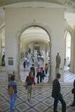 Interior do museu do Louvre, Paris, França imagens de stock