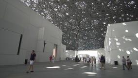 Interior do museu novo do Louvre em Abu Dhabi que mostra reflexões da chuva da abóbada clara fotos de stock royalty free