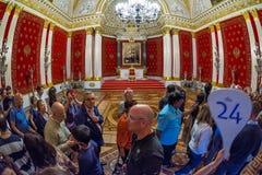 Interior do palácio do inverno do eremitério do estado, trono pequeno Ha fotografia de stock