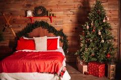 Interior do quarto do ano novo Árvore de Natal, presentes e outras decorações acolhedores imagem de stock royalty free