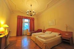 Interior do quarto de hotel das camas gêmeas Fotografia de Stock