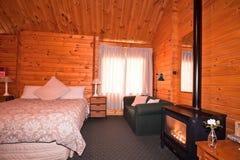 Interior do quarto do alojamento com chaminé imagens de stock royalty free