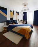 Interior do quarto no estilo moderno com uma grande cama e pinturas fotos de stock royalty free