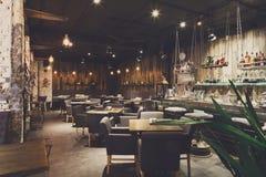 Interior do restaurante acolhedor, estilo do sótão imagem de stock