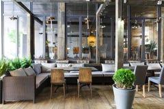 Interior do restaurante acolhedor, estilo do sótão foto de stock