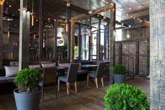 Interior do restaurante acolhedor, estilo do sótão fotos de stock royalty free