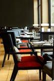 Interior do restaurante com a tabela e a cadeira de madeira pretas imagens de stock