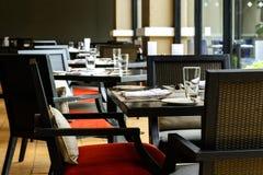 Interior do restaurante com a tabela e a cadeira de madeira pretas imagem de stock royalty free