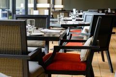 Interior do restaurante com a tabela e a cadeira de madeira pretas fotografia de stock