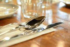 interior do restaurante, copos da vela em uma forma bem-desenvolvida imagem de stock royalty free