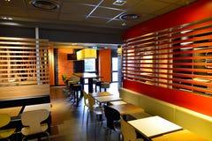 Interior do restaurante de McDonald's imagem de stock