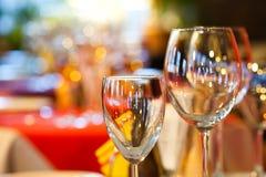 Interior do restaurante Opinião vazia do macro dos vidros de vinho Foto de Stock Royalty Free