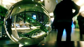 Interior do shopping decorado por Cristmas e o ano novo como visto completamente a bola de vidro video estoque