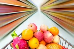 Interior do supermercado, enchido com o fruto do carrinho de compras Imagens de Stock Royalty Free