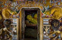 Interior do templo budista de Mulkirigala em Sri Lanka fotografia de stock royalty free
