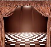 Interior do vintage com cortinas e o assoalho dourados do tabuleiro de damas Imagem de Stock Royalty Free