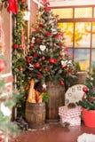 Interior do vintage do Xmas com árvore, madeira, caixas e brinquedos Imagens de Stock Royalty Free